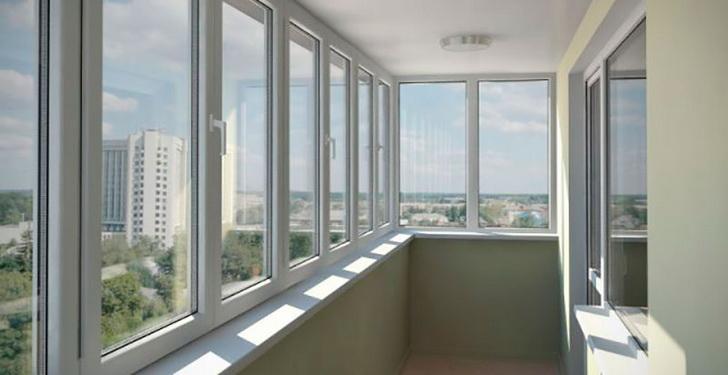 Остекленный пластиковыми окнами балкон